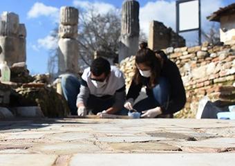 Gladyatörler kentinin 1550 yıllık kilise tabanı özenle işleniyor