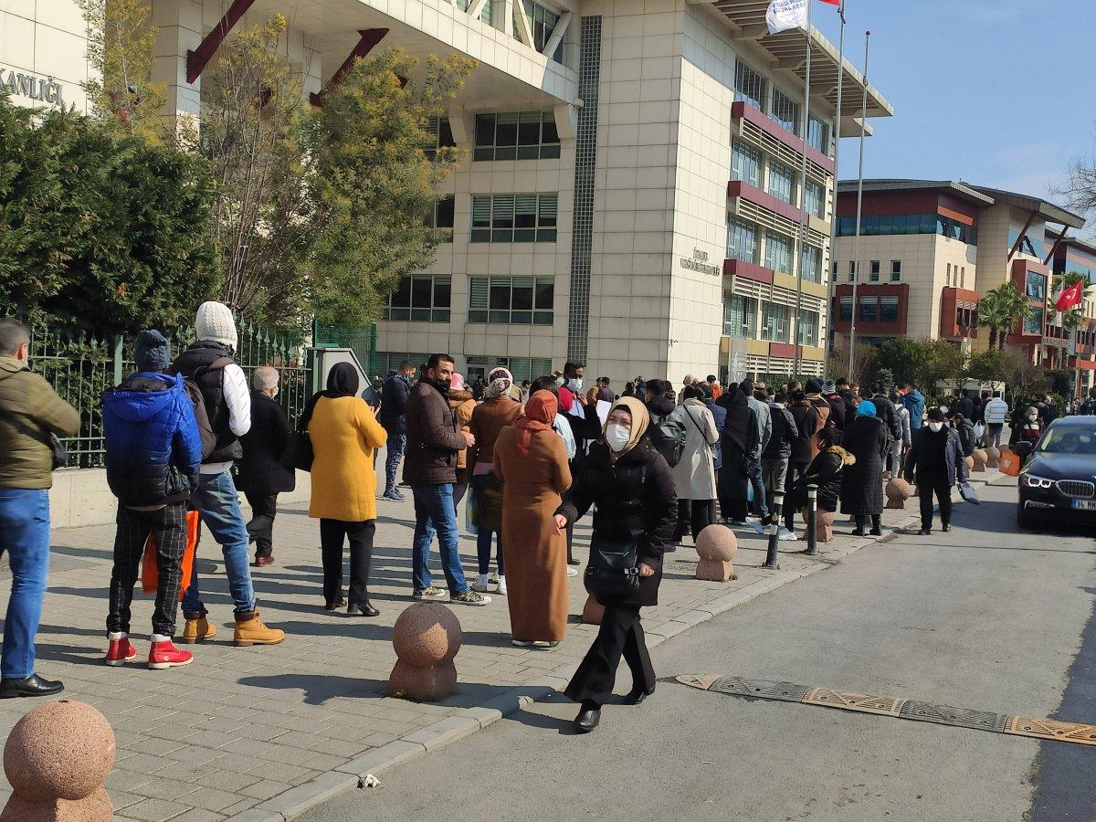 İstanbul'da vergi daireleri önünde uzun kuyruklar oluştu #1
